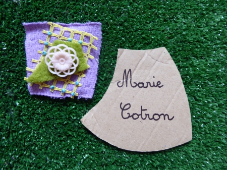 broche carré violet bouton rose